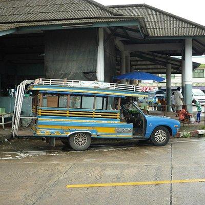 de bus bij het restaurant en de markt wacht op u