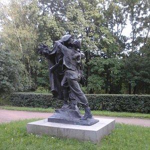 Обнимающиеся солдат и матрос