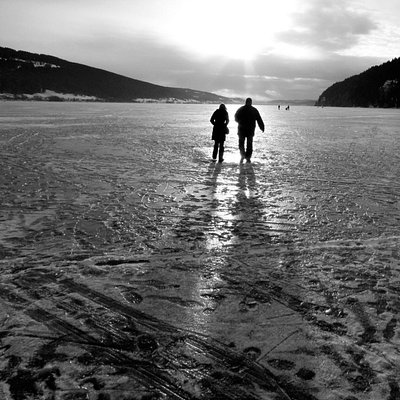 L'hiver, on marche sur le Lac de Joux gelé. Attention à bien respecter les panneaux rouge ou ver