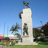 Obelisco da praça em homenagem aos soldados que lutaram na Revolução Constitucionalista de 1932