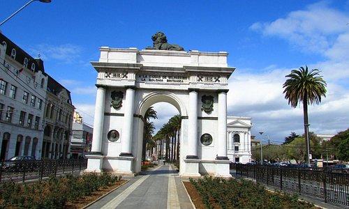 O Arco fica bem na entrada de Valparaíso