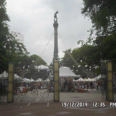Praça 2 de Julho e o monumento no seu centro.