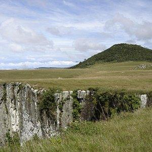 O pico do Monte Negro se destaca na paisagem