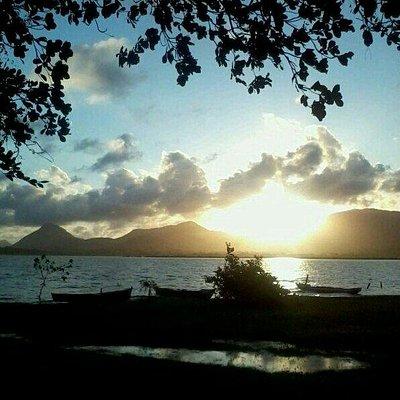 Lagoa com por-do-sol