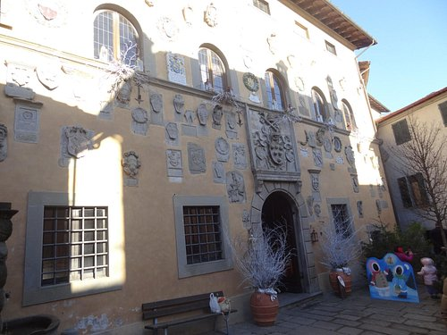 The facade of the Palace, covered by coats of arms by the Captains