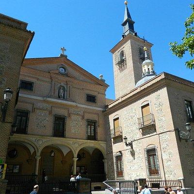 Frente de la iglesia por calle Arenal