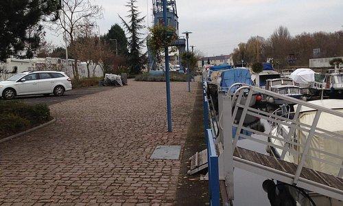 verso l'uscita pedonale in riva al canale