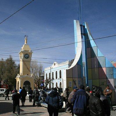 La piazza con la torre dell'orologio