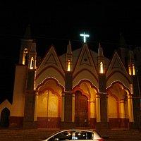 La facciata della chiesa in notturna