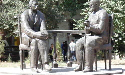 памятник у дома писателей