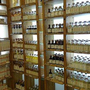 Naturapotek, med allt vad du kan tänka dig inom aromaterapi, tvålar, torkade blommor, lavendel ,