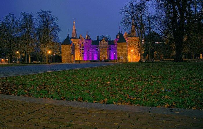 Het kasteel van Helmond, paars aangelicht.