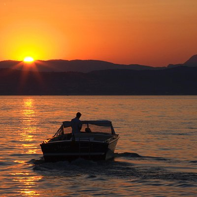Un motoscafo al tramonto