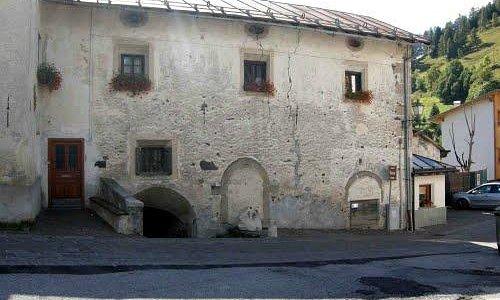 Realizzata nel 1585 e fu abitazione dei conti Piazza, gastaldi del paese