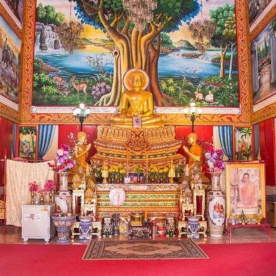 Алтарь в вихарне храма