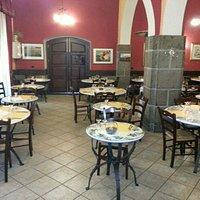 Sala interna con tavoli di ceramica