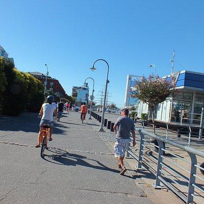 Foto torta de cima da magrela em Porto Madero: esposa à frente, guia de laranja  lá a diante