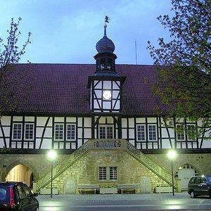 historisches Ostheimer Rathaus im Dämmerlicht
