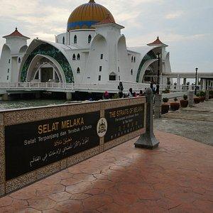 海の上に建つモスク