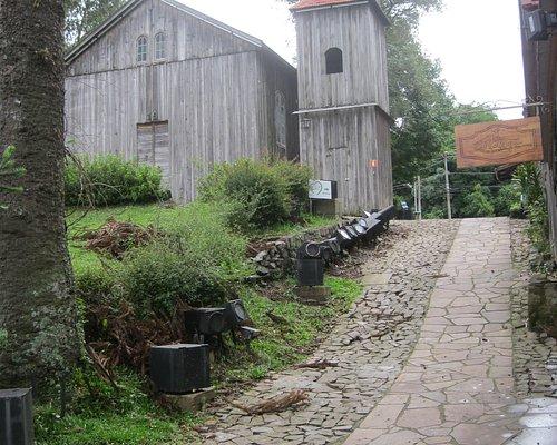 Pequena igreja de madeira, que faz parte da réplica da cidade antiga.