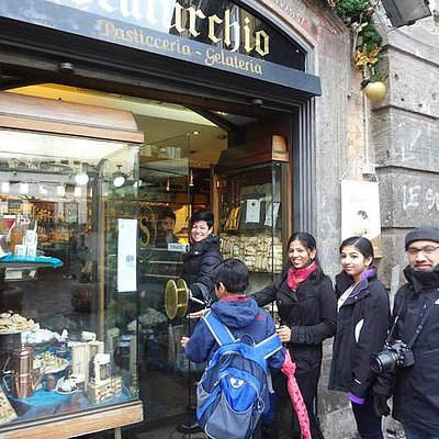 Visiting one of the most famous pastry shops in Napoli