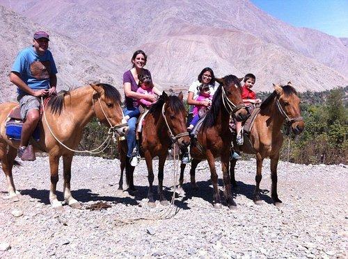 familia completa a caballo
