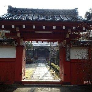 この寺院の特色ある「赤い山門」