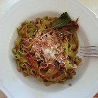 Tagliatelle spinaci e borragine al pomodoro e basilico.