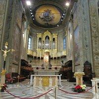 Altare maggiore e coro ligneo