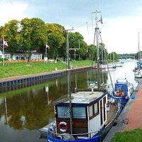 Rüstersieler Hafen, links Hotel+Restaurant