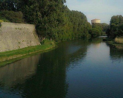 Vue sur le canal entre la demi-lune et la Citadelle