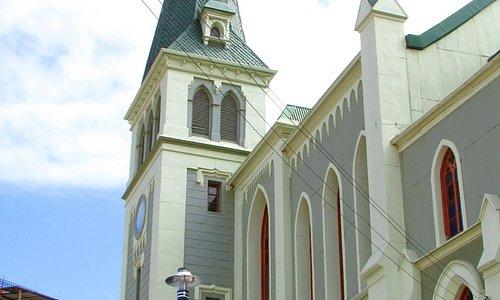 A igreja sobressai sobre as construções características de Valparaíso