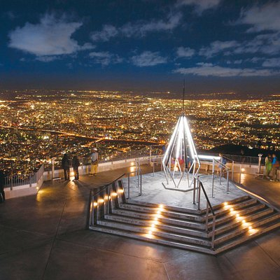 山頂展望台からの景色は、昼は絶景、夜は宝石を散りばめた夜景とまさに圧巻!
