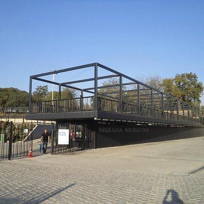 Santiago de Chile, Parque Fluvial Padre Renato Poblete. Acceso principal por calle Balmaceda.