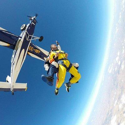 ¡Grita saliendo del avión a 4000 metros del suelo!