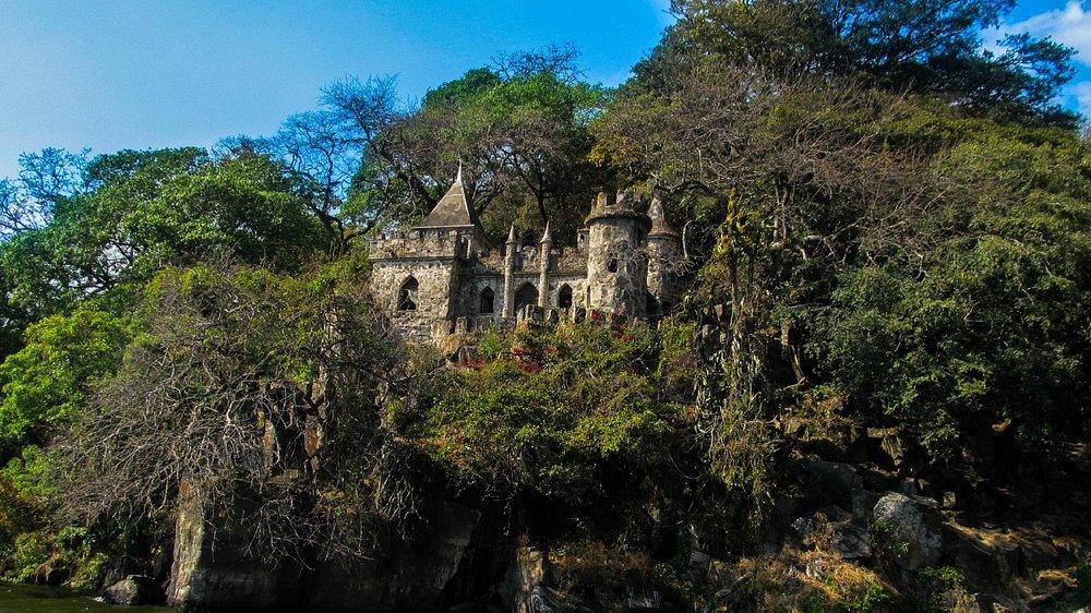 Castillo abandonado. Construido hace años a  orillas del lago.