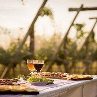 Picada típica en los viñedos de Chacra de Luna.
