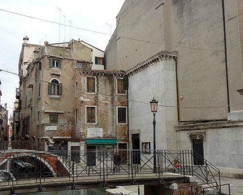 Серый фасад Сан-Кассиано