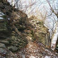 5 m hohe Burgmauern der Burgruine Hattstein