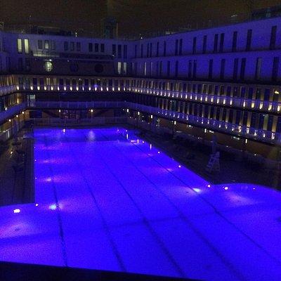 Bassin extérieur de nuit.