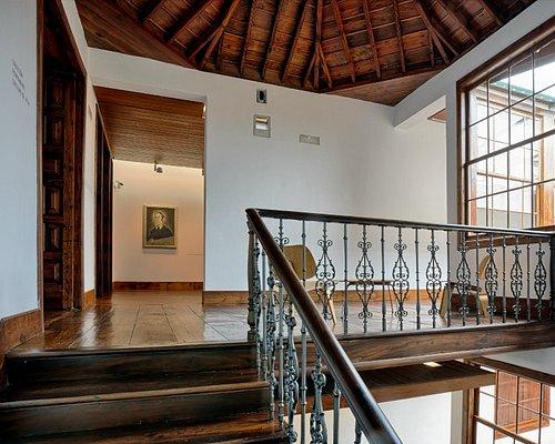 Escalera principal acceso a la colección de arte Cristino de Vera