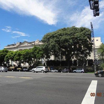 Avenida del Libertador em Palermo Chico, com o Museo de Arte Decorativo ao fundo