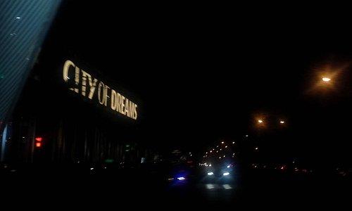 foto  s,avonds , overdag  lijkt het meer op een modern gebouw met verticale  gekleurde balken