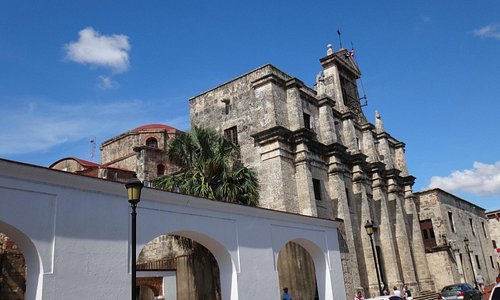 старинные здания на Calle de Las Damas