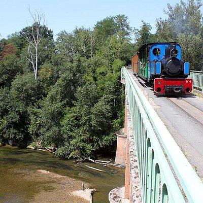 Le train passe le pont sur la riviére Agout