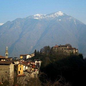 Замок над деревней