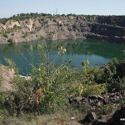 Черное озеро находится в заброшеном гранитном карьере в Мигее