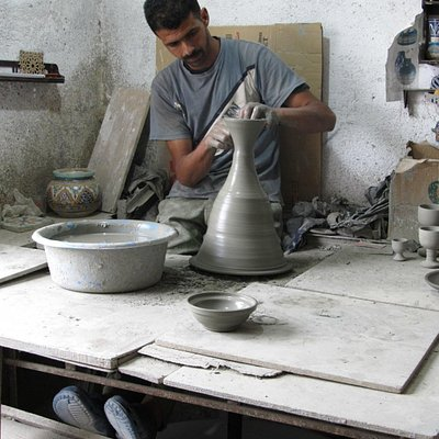 This worker made the small bowl, the vase and a top in ~3 minutes.