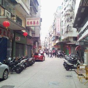 Rua Cinco de Outubro - one quiet morning