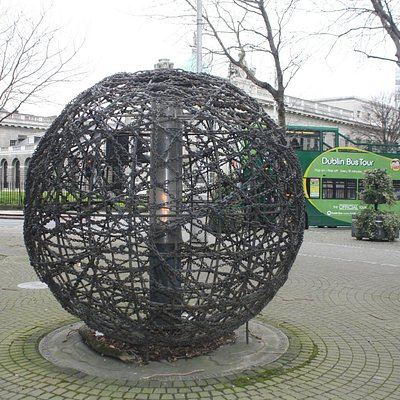 Universal Links on Human rights sculpture